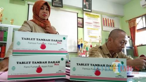 Obat penambah darah yang dibagikan oleh Dinkes kepada siswi di tingkat SMP dan SMA untuk menghindari stunting. (foto : Joko Pramono/Jatim Times)