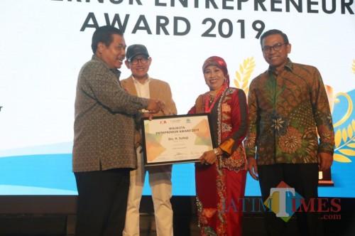 Kepala Dinas Pendidikan Kota Malang Dra Zubaidah MM mewakili Wali Kota Sutiaji menerima Walikota Entrepreneur Award 2019. (Foto: istimewa)