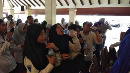 Ratusan remaja usia SMP dan SMA di Kabupaten Malang saat mengkonsumsi tablet tambah darah guna menekan angka stunting