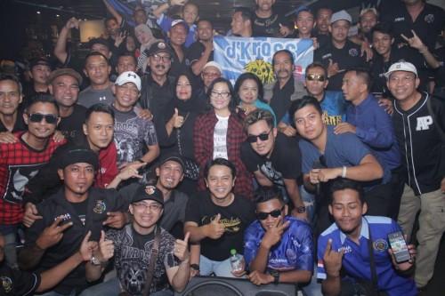 D'Kross saat kunjungan ke Bali yang disambut meriah oleh Aremania Dewata. (ist)