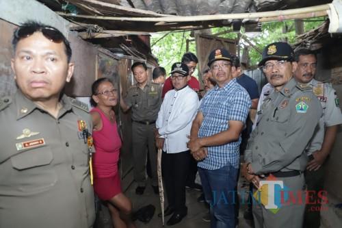 Wali Kota Malang Sutiaji (kenakan seragam purih) saat meninjau langsung temlat tinggal semi permanen di bawah kolong Jembatan Kahuripan Kota Malang (Humas Pemkot Malang for MalangTIMES).
