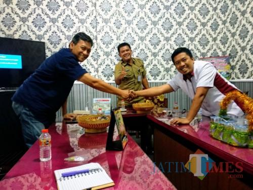 Kepala Disparbudpora, Suhendro Winarso tengah bersama pengurus Baparda Kabupaten Blitar.(Foto: Malik Naharul/ BlitarTIMES)