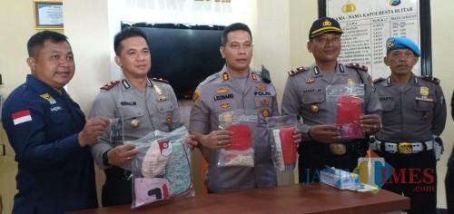 Polisi menunjukkan BB pemerkosaan yang dilakukan tersangka P. (Foto: Team BlitarTIMES)