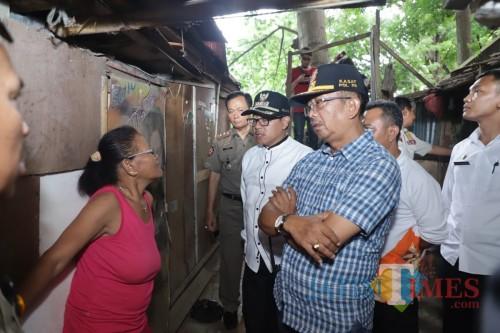 Wali Kota Malang Sutiaji (tengah kenakan kemeja putih) saat meninjau bangunan semi permanen di bawah kolong Jembatan Kahuripan (Humas Pemkot Malang for MalangTIMES)