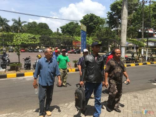 Belasan warga Desa Ngenep saat mendatangi kantor Polres Malang untuk melaporkan dugaan kasus penebangan pohon dan pemalsuan berkas penyerobotan lahan yang diduga dilakukan oleh Kades (Foto : Ashaq Lupito / MalangTIMES)