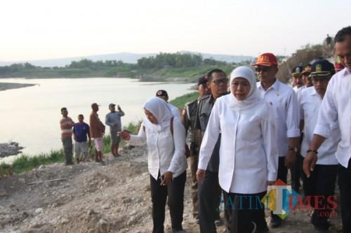 Ambil Sampel Air di Bengawan Solo, Gubernur Khofifah Selidiki Pencemaran