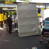 Antar Makanan Catering, Mobil Box Tersangkut di Bawah Jembatan Kereta Api