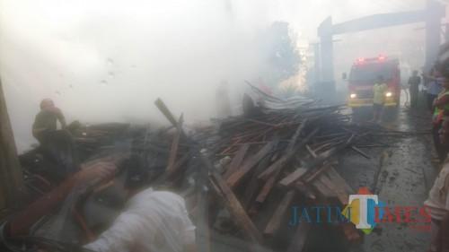 Diduga Korsleting Listrik, Toko Bahan Bangunan di Lawang Ludes Terbakar
