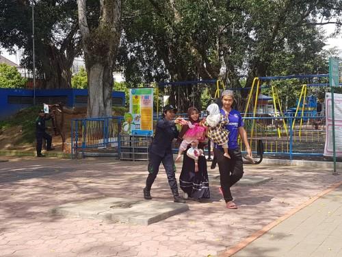 Suasana simulasi kebencanaan di ruang bermain anak di Alun-Alun Kota Malang. (Foto: Disperkim Kota Malang)
