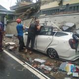 Hujan Angin di Kota Malang, Atap Ambruk Timpa Mobil
