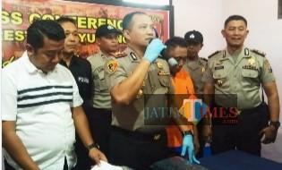 Kapolresta Banyuwangi saat menggelar jumpa pers di Polsek Kabat