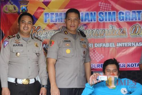 Kapolres Blitar Kota AKBP Leonard M Sinambela membagikan SIM D Gratis untuk disabilitas.(Foto : Team BlitarTIMES)