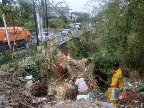 Petugas DLH Kota Malang yang sedang membersihkan sungai di jembatan Tidar (Hendra Saputra)
