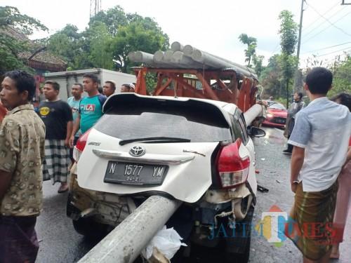 Truk Pengangkut Tiang Beton Nabrak,  Muatan Menimpa Mobil Dibelakangnya Tewaskan 1 Orang