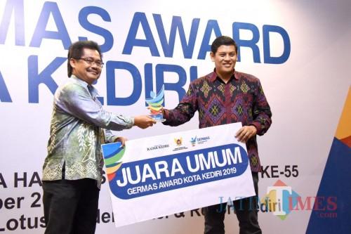 Walikota Kediri Abdullah Abu Bakar (kanan) menyerahkan hadiah kepada pemenang Germas Award. (eko Arif s /JatimTimes)