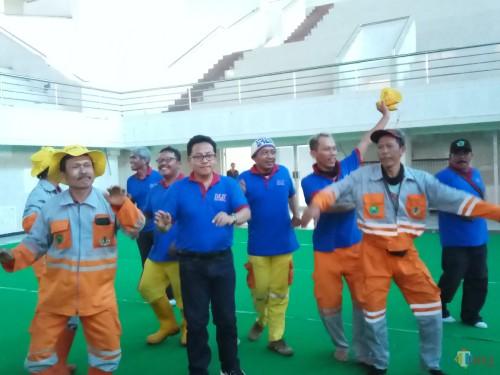 Walikota Malang saat berbaur dengan pasukan kuning dalam kegiatan rapat konsolidasi dan pembinaan  di Gor Ken Arok (Anggara Sudiongko/MalangTIMES)