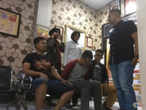 Pelaku CH, oknum guru BK Cabul (duduk di tengah) saat diinterogasi oleh Kasat Reskrim Polres Malang (paling kiri) (Foto : Ashaq Lupito / MalangTIMES)