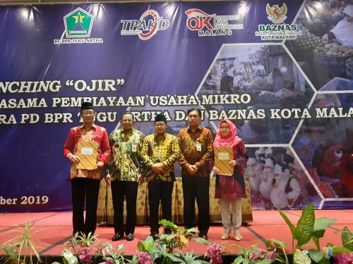Wali Kota Malang Sutiaji (tengah berkopyah) dalam launching 'OJIR' kolaborasi Perseroan BPR Tugu Artha Sejahtera, Baznas, dan OJK Kota Malang (Jum'at, 6/12) (Arifina Cahyanti Firdausi/MalangTIMES)