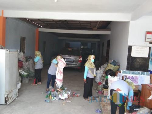 Aktivitas pengelolaan Bank Sampah di Bank Sampah Sumber Rejeki Sutojayan.(Foto : Team BlitarTIMES)