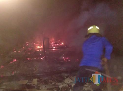 Petugas PMK Kabupaten Malang saat berupaya memadamkan kebakaran yang terjadi di sebuah rumah milik salah satu warga Kecamatan Sumberpucung (Foto : PPBK Kabupaten Malang for MalangTIMES)