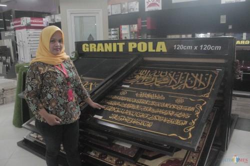 Karyawan menunjukkan Panel granit kaligrafi di Graha Bangunan.(Foto : Aunur Rofiq/BlitarTIMES)