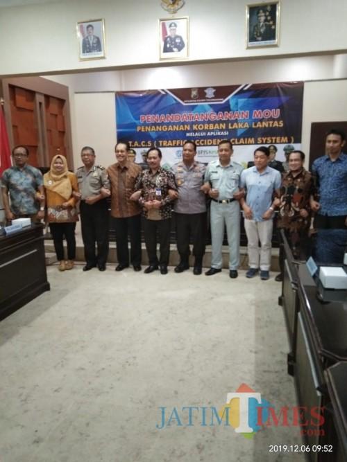 Kapolres (tengah, berseragam) berfoto dengan pimpinan Jasa Raharaj dan direktur RS Tulungagung (foto : Joko Pramono/Jatim Times)