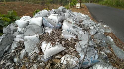 tumpukan material yang berada di pinggir jalan di Dusun Sulur, Mulyosari Kecamatan Pagerwojo (ist)