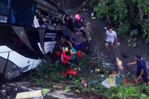 Proses evakuasi korban kecelakaan di Jembatan Njudel (Foto: Team BlitarTIMES)