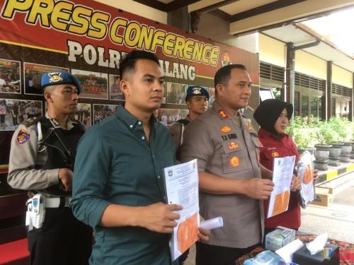 Kapolres Malang, AKBP Yade Setiawan Ujung (depan bagian tengah) saat menunjukkan barang bukti pemalsuan ijazah dan pencabulan (Foto : Ashaq Lupito / MalangTIMES)