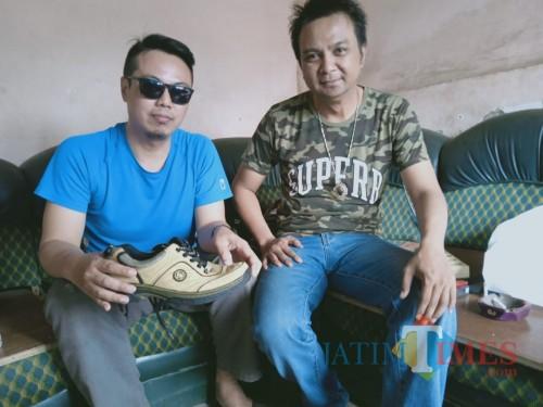 Barata dan Ki Sabdo Pinandito menunjukkan sepatu yang membikin teror.(Foto : Aunur Rofiq/BlitarTIMES)