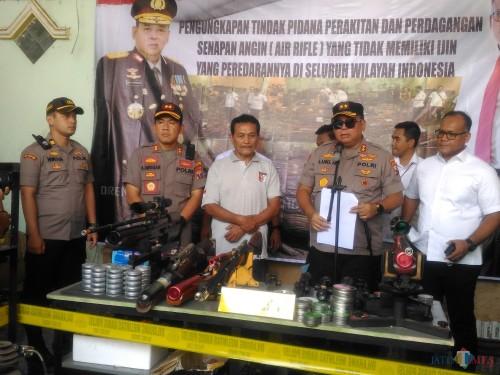 Kapolda Jatim Ke Lumajang Melihat Bengkel Perakitan Air Soft Gun Illegal Dengan Kaliber Mematikan