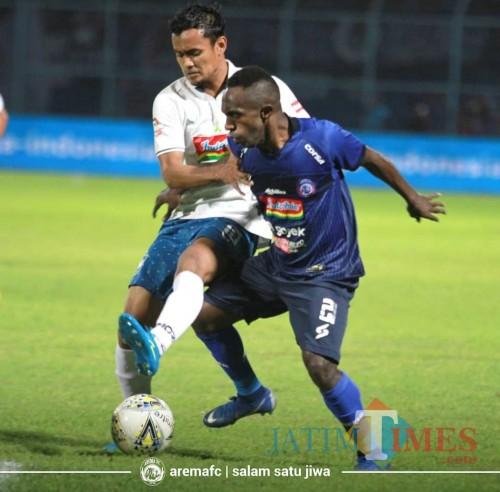 Pemain Arema FC (biru) ketika menghadapi pemain PSIS Semarang di putaran pertama lalu (official Arema FC)
