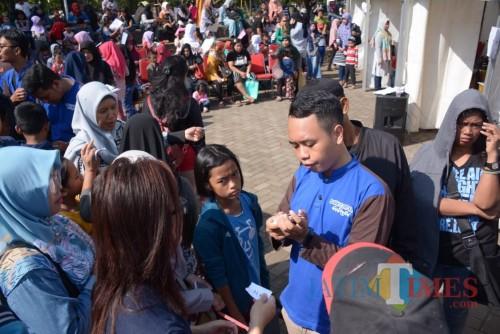 Antrean warga saat mengurus KIA di Alun-Alun Kota Malang. (Pipit Anggraeni/MalangTIMES).