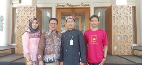 Nossa Melenega Sistim (berkaos merah), bersama Plt. Kadiknas Suratno serta kedua ortunya Sistim Indra Setiawan dan Indah Purwaningrum