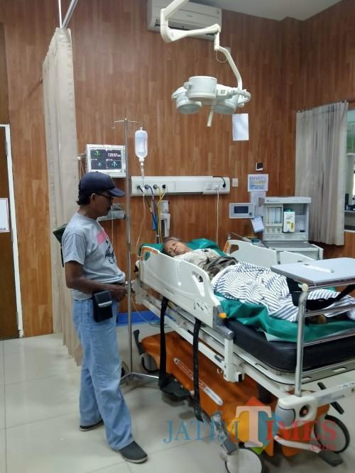 Mbah Sumirah saat mendapat perawatan di rumah sakit dr. Soebandi (foto : gito : Jatim TIMES)