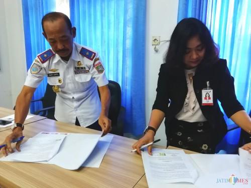 Hafi Lutfi Kepala Dishub Kabupaten Malang (kiri) bersama Pemimpin Bank Jatim Cabang Kepanjen Theresia Wiwin saat penandatangan MoU program BANTU Kir (Nana)