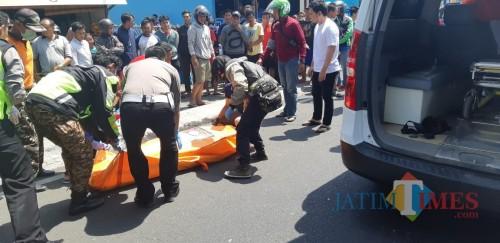 Petugas saat mengevakuasi jenasah ke kamar mayat RSSA Kota Malang usai menjadi korban tabrak lari (Foto : Istimewa)