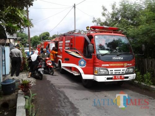 Mobil pemadam kebakaran milik PMK Kabupaten Malang, saat dioperasikan untuk memadamkan kebakaran (Foto : Dokumen MalangTIMES)
