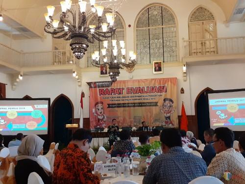 Suasana Rapat Evaluasi Gugus Tugas Pengawasan dan Pemantauan Pemberitaan, Penyiaran, dan Iklan Kampanye Pemilu 2019 di Hotel Majapahit, Surabaya (Arifina Cahyanti Firdausi/MalangTIMES)