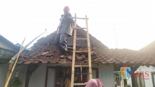 Kondisi rumah warga yang rusak setelah diterjang musibah angin kencang (Foto : PMI Kabupaten Malang for MalangTIMES)