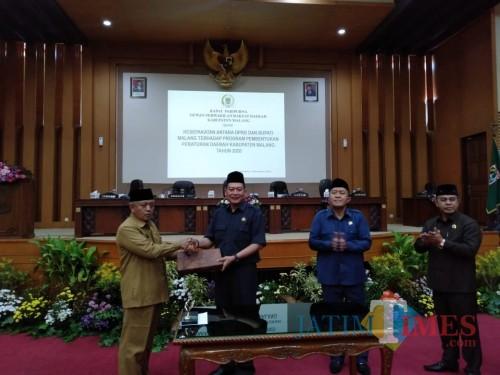 Bupati Malang Sanusi (kiri) dan Ketua DPRD Kabupaten Malang Didik Gatot Subroto menyepakati 12 ranperda untuk tahun 2020 datang dalam rapat paripurna DPRD, Senin (9/12) (Nana)