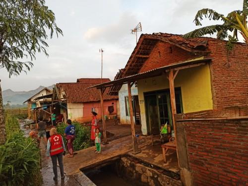 36 Rumah Roboh Diterjang Angin Kencang, Akses Jalan Menuju Bandara Abdulrachman Saleh Lumpuh Akibat Tertutup Pohon Tumbang