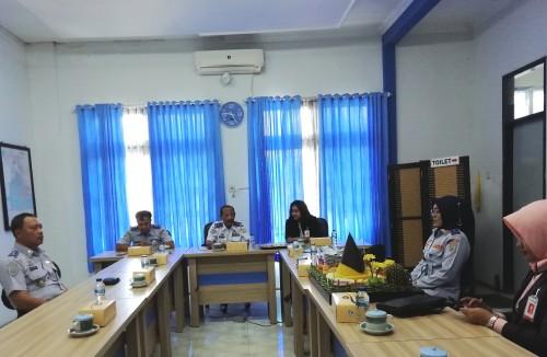 Tutuk Handayani Kepala UT Pengujian Kendaraan Bermotor Dishub Kabupaten Malang (2 dari kanan) dalam suatu pertemuan di kantor balai uji kir Talangagung (Nana)