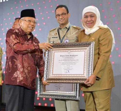 Penghargaan yang diterima oleh Gubernur Jatim Khofifah Indar Parawansa