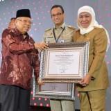 Antarkan Jatim Raih Wilayah Bebas Korupsi, Gubernur Khofifah Diberi Anugerah Pemimpin Perubahan