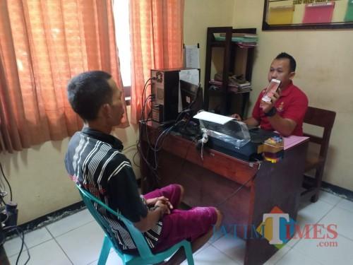 Pelaku saat diperiksa anggota Polsek Jombang (foto : Ulum / JatimTIMES)
