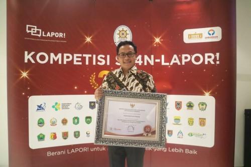 Wali Kota Malang Sutiaji saat menerima penghargaan Top 30 Pengelolaan Pengaduan Pelayanan Publik 2019 dari Kementerian Pendayagunaan Aparatur Negara dan Reformasi Birokrasi (Humas Pemkot Malang for MalangTIMES).