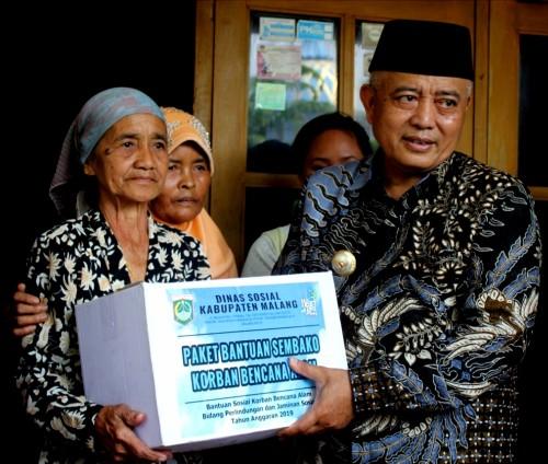Bupati Malang Sanusi dalam suatu acara pemberian bansos bagi warganya (Humas Pemkab Malang)