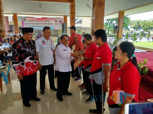 Bupati Blitar Rijanto memberikan apresiasi dan penghargaan kepada penyandang disabilitas berprestasi di bidang olahraga.(Foto : Malik Naharul/BlitarTIMES)