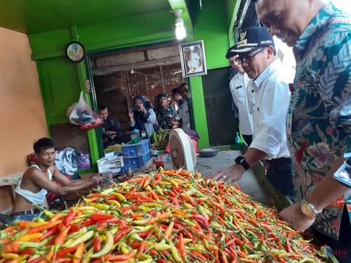 Wali Kota Malang Sutiaji (bertopi) saat melakukan tinjauan ke Pasar Induk Gadang (Arifina Cahyanti Firdausi/MalangTIMES)